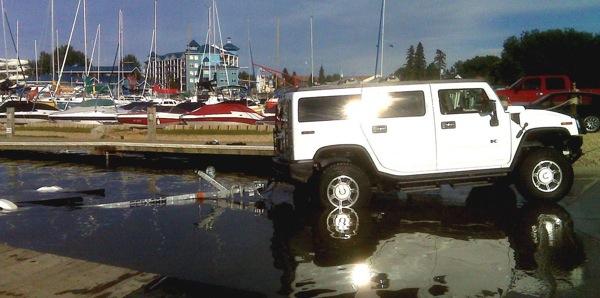 Kā pareizi izbraukt Hummer no ūdens
