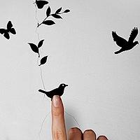 Aizlāpi plaisu sienā ar putniņiem