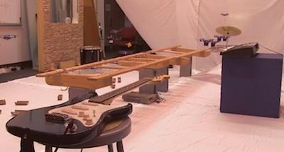 Lidojoši roboti spēlē mūziku, izklaidējas pirms Soda Dienas