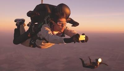Par godu jaunajai telefonu sērijai, HTC izmet no lidmašīnas fotogrāfu un modeli
