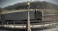 Noskaties kā divi kravas auto striķī velk balerīnu
