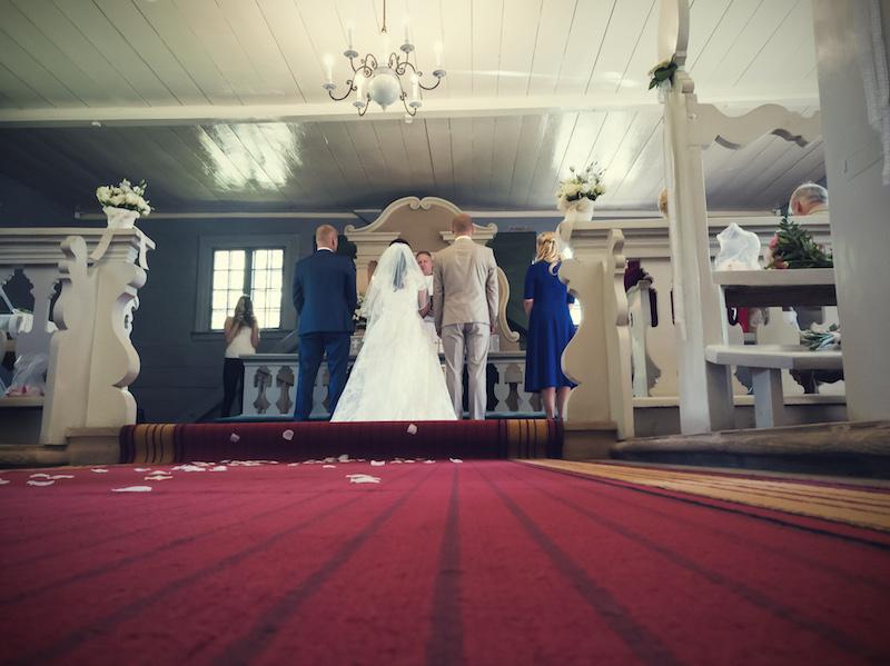 Profesionāls fotogrāfs pirmo reizi Latvijā fotografē kāzas ar viedtālruni
